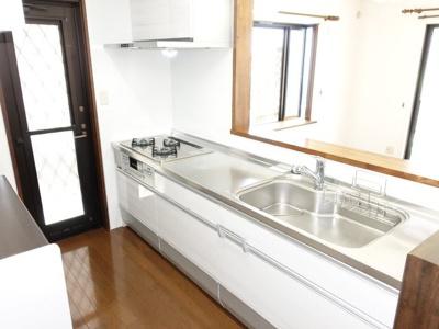 浄水機付きのシステムキッチン。換気性、採光性を高める勝手口を設置。