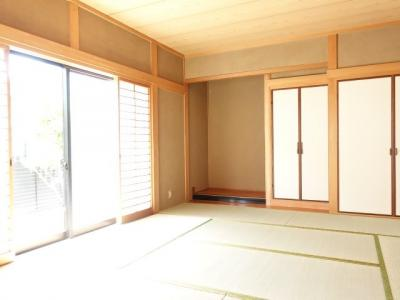 リビング横の和室には、床の間と仏間をご用意。ご先祖様をお祀りするには最適な空間です。