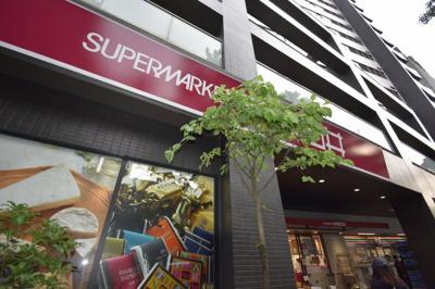 一階がスーパー コンビニがございます。