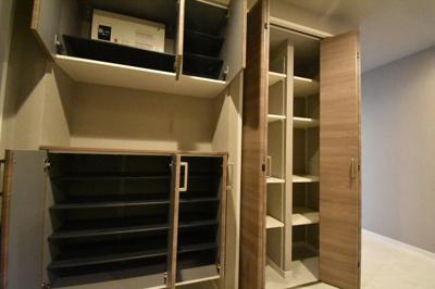玄関スペースとにかく収納が多く便利です。
