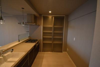 キッチン横に大きな収納完備です。