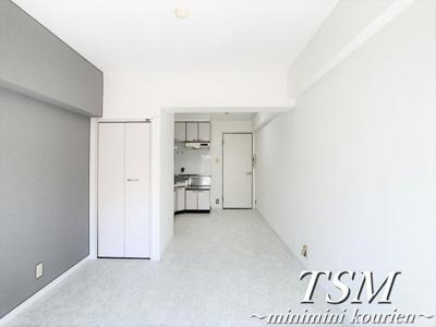 ホワイトカラーで清潔感のある室内