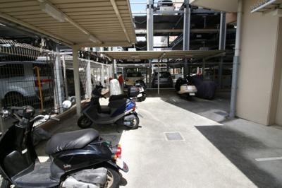 バイク置き場にも屋根があり安心ですね。