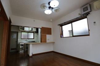 キッチンスペース手前には備え付け軽テーブルが隣接されており、 自由に使えるスペースとなっております。