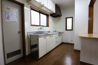 キッチンには窓が2か所ついておりますので、 風の吹き抜け良しで匂いが籠ったりする心配はないです。