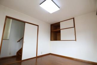 階段途中にありますお部屋です。 こちらも一つのお部屋としてお使いできる空間となっております。