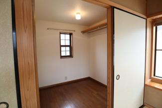 2階和室部屋とつながっております。 こちらの収納スペースも大きく大量収納可能です。