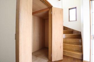 入口入りまして正面に広々収納スペースがございます。