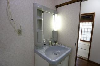 独立洗面台もきれいなデザインになっております。