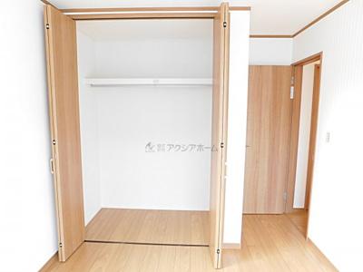 洋室6.5帖。収納あります。
