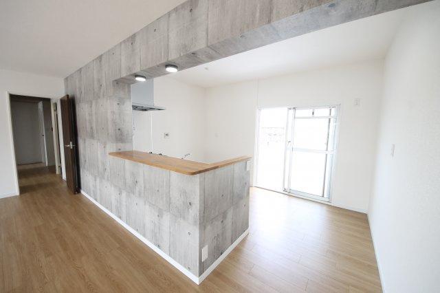 大きな鏡が付いた、明るい浴室!