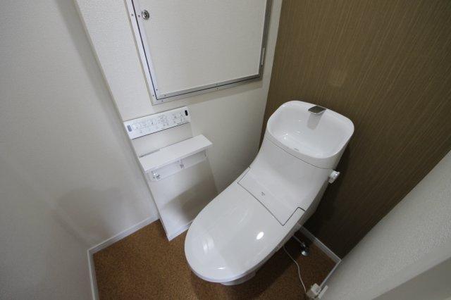 新品キッチンは引き出し式収納で、大きなお鍋や調味料も楽々取り出せます カウンターキッチンでリビングを広く見渡せます