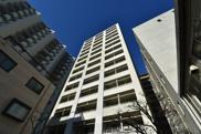 閑静な住宅街に佇む高級マンション アパートメンツ三田の画像