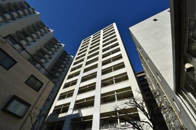 三田の閑静な住宅街に佇む高級マンションです。