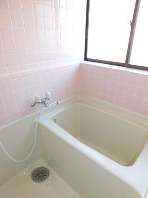 お風呂にも窓がありますので、換気もしやすいですよ。