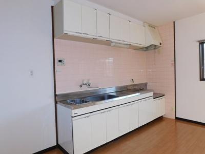 横幅の広いキッチン