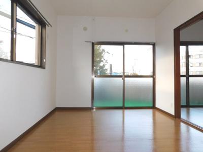 窓が多くとても明るいお部屋です。