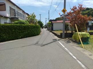 【前面道路含む現地写真】館山小0分の住宅用土地