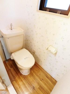 人気のバストイレ別です♪窓があるので換気もOK♪冬に特に嬉しい暖房便座機能を完備しています☆壁紙は落ち着いたデザインのアクセントクロス☆