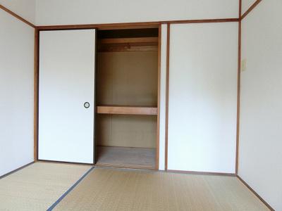 和室6帖のお部屋にある押入れです!押入れは寝具など、かさ張りやすいものの収納にぴったり☆お部屋がすっきり片付きます♪