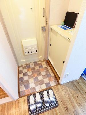 シューズボックス付きで玄関もキレイに片付きます!上に写真やかわいい小物を置けるので、華やかに飾れますね♪