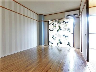 バルコニーに繋がる南東向き角部屋洋室6帖のお部屋です!エアコン付きで1年中快適☆オシャレなストライプのアクセントクロスが魅力的なお部屋です♪