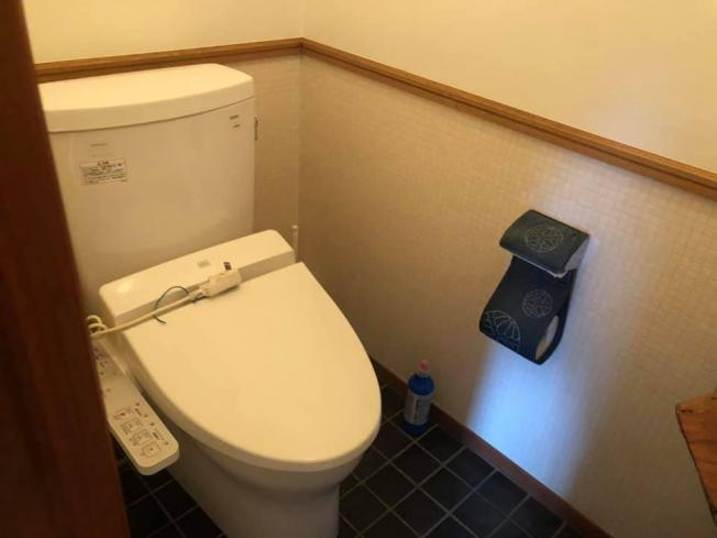 コンパクトで使いやすいトイレです。二階のトイレになります