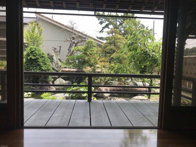 一階和室から庭を眺めると、時間がゆったりと流れます