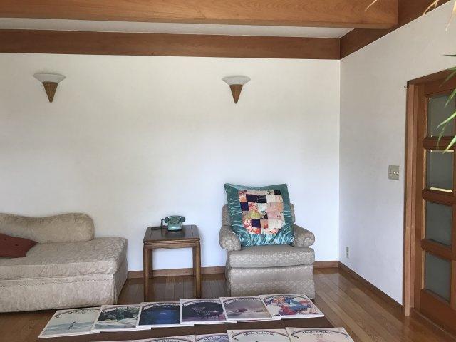 明るい洋室です。玄関はいって左手、南向きの庭を眺められるゆったりとした洋室です。