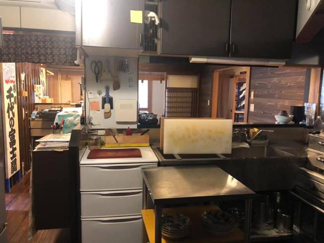 使いやすいキッチンです。キッチン用品は現オーナーの和食屋さんが入れたものです。使いやすく、動きやすいキッチンとなっています。