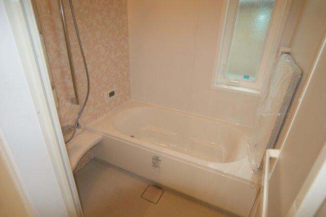 4号地のお風呂です。雨の日でも洗濯に困らない浴室乾燥機、いつでも暖かいお風呂に入れる追い焚き機能付。