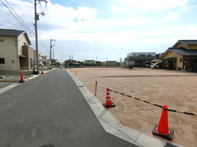 団地内道路は幅員5mを確保し、車の駐車・すれ違いもゆとりが持てます。