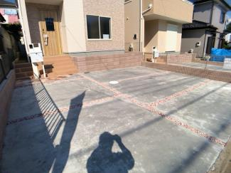 駐車スペースです。前面道路が約6mありますので、車庫入れがかんたんにできます。