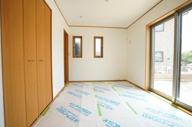 6帖の洋室(畳敷)です。掃出し窓はシャッターがあります。
