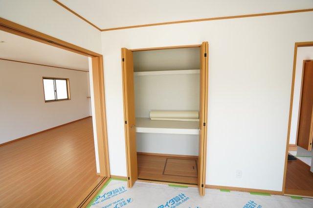 棚のある収納で座布団など収納できて便利ですよ。