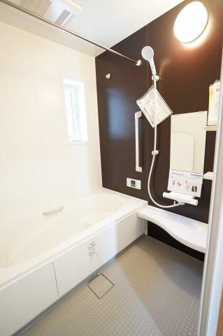 浴室暖房乾燥機のついたお風呂です。冬場もお風呂も安心ですね。広いお風呂で毎日のお風呂タイムが楽しくなりそうですね。