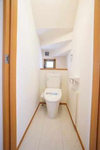 階段下を上手に利用したトイレです。トイレ収納もありますよ。窓もあり飾り棚もあります。