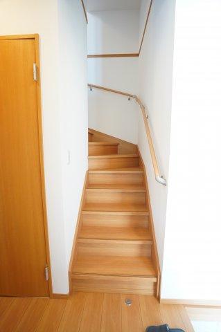 玄関となりにある階段です。リビング階段を好まない方には玄関からすぐの階段が良いですね。すぐに2階へ荷物を持っていけますね。