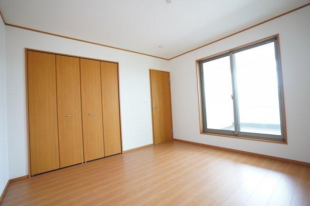 8帖のバルコニーのある寝室です。クローゼットが埋め込み式でお部屋がとてもすっきりとしています。