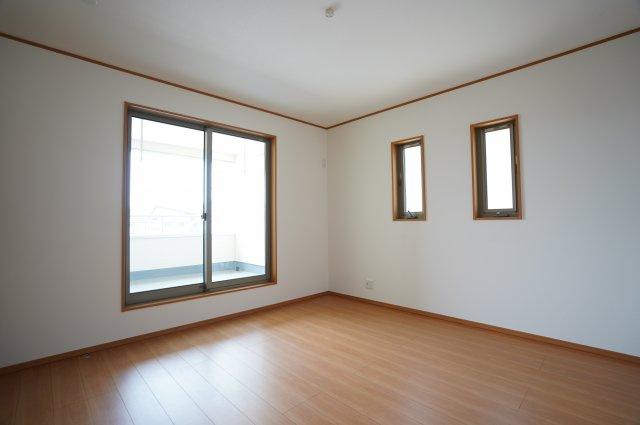 全窓複層ガラスなので、結露しにくく嬉しいですね。フローリングと同じ色のフチ系があり(廻縁、巾木、窓枠、ドア枠)おしゃれな寝室です。
