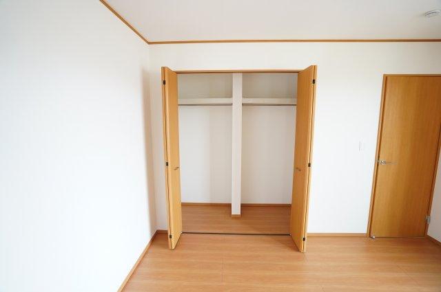 寝室のクローゼットの中に仕切りがあるのが便利に使えますよ。夫婦で分けたり季節で分けたりできますね。