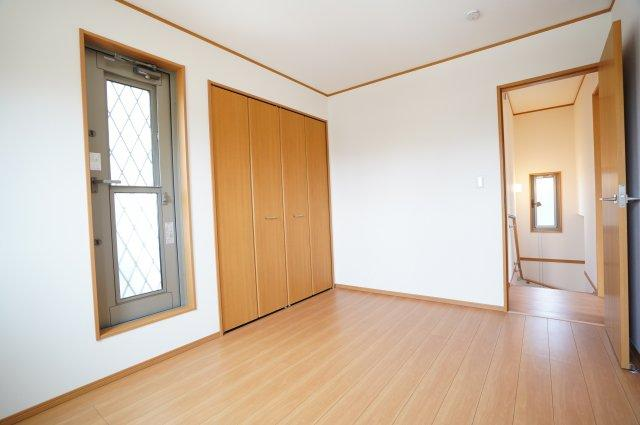 寝室となりの6帖洋室からもバルコニーに出られます。おしゃれなガラスドアの開き戸です。