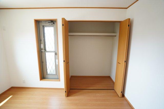 大きく開くクローゼットはたくさん収納できて便利ですね。