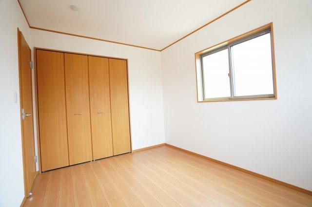 6帖の子供部屋もおしゃれな洋室です。可愛すぎず、シンプルでおしゃれなお部屋は大人になるまで大切に使えそうですね。