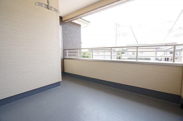 寝室と洋室から出られるインナーバルコニーは、とても広いですね。