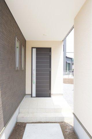おしゃれなエントランスです。玄関は家の顔。早く玄関ドアを開けたくなりますね。