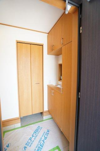 玄関ドアを開けると右側に玄関収納。前にはシューズインクローク。たくさん収納できるので収納場所に困らないですね。すっきりとした玄関を保つことができますよ。