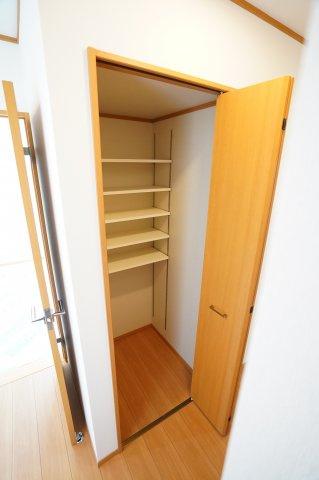 1階収納スペースです。棚がたくさん設置されて便利ですね。