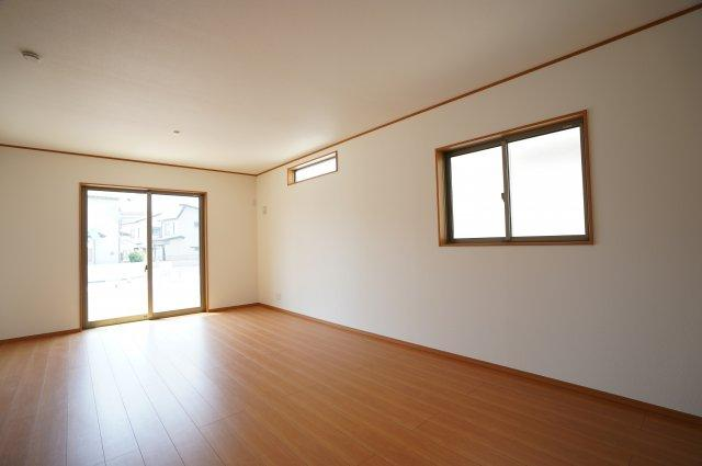 全居室南向きです。高窓もあり採光がとれますよ。全窓複層ガラス、掃出し窓にはシャッター付き、TVモニターホンもあり防犯性があり安心ですね。