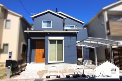 お洒落なネイビー色の外観のお家♪平成31年2月築の築浅物件で大変綺麗にお使いです。前道は約6m接面は約8mあり開放的で駐車もラクラク\(^_^)/